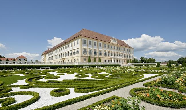 Seitenblick auf Schloss Hof / Hof Castle & Niederweiden Castle