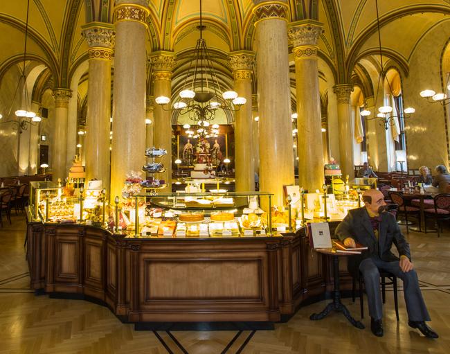 Tortenvitrine / Café Central