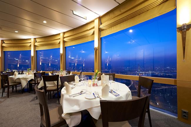 Restaurant bei Nacht / Donauturm